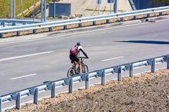 城市道路的骑自行车者没有交通 免版税库存图片
