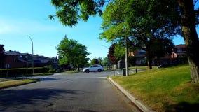 城市郊区四种方式的停车牌交叉点路观点有交通的在天 车停止并且努力去做在全方式中止 股票视频