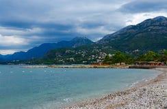 城市酒吧沿海岸区在多暴风雨的天气在9月,黑山的 免版税库存照片