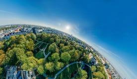 城市里加停放寄生虫球形360 vr视图 免版税库存照片