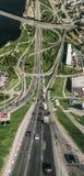 城市里加开始曲线维度桥梁路和汽车寄生虫球形360 vr视图 库存图片