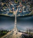 城市里加开始曲线维度老镇、道加瓦河河、桥梁路和汽车寄生虫球形360 vr视图 库存图片