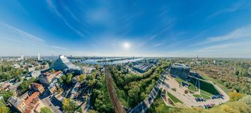 城市里加桥梁路和汽车寄生虫球形360 vr视图 免版税库存图片