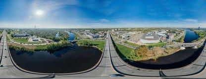 城市里加桥梁路和汽车寄生虫球形360 vr视图 免版税库存照片