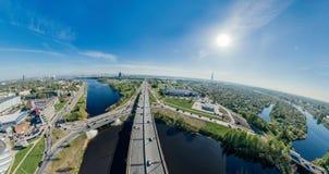 城市里加桥梁路和汽车寄生虫球形360 vr视图 库存图片