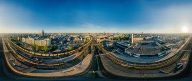 城市里加铁路和火车寄生虫球形360 vr视图 图库摄影