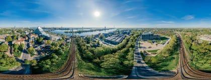 城市里加铁路和火车寄生虫球形360 vr视图 库存照片