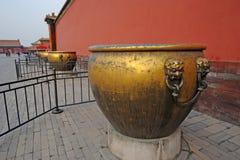 城市铜禁止的铁大桶 免版税库存照片