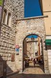 城市门户和墙壁看法石头的在Vence 免版税库存图片