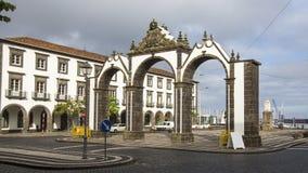城市门的看法在Ponta Delgada,亚速尔群岛 库存图片