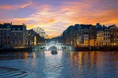 城市风景从阿姆斯特丹在荷兰在晚上 免版税库存照片