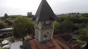 城市风景在切尔诺夫策 湖在公园 钟楼的看法 免版税库存照片
