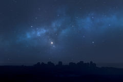 城市风景在晚上-满天星斗的天空 免版税图库摄影