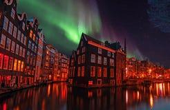 城市风景在阿姆斯特丹荷兰在晚上 库存照片