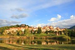 城市风景有河的 免版税库存图片
