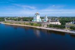 城市风景的普斯克夫克里姆林宫在一晴朗的6月天 普斯克夫俄国 免版税库存照片
