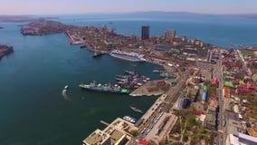 城市风景的鸟瞰图以游轮为目的 股票录像