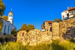 城市风景-东正教和古老废墟在索佐波尔镇  免版税库存照片
