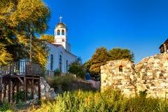 城市风景-东正教和古老废墟在索佐波尔镇  库存图片