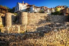 城市风景-在城市房子的背景的老堡垒墙壁 免版税库存图片