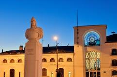 城市风景-对亚历山大・涅夫斯基王子的纪念碑诺夫哥罗德火车站大厦背景的  库存照片