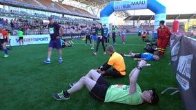 城市马拉松的参加者在体育场完成 影视素材