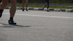 城市马拉松 人的脚 赛跑者的腿在城市街道上的 赛跑者脚人群在马拉松长跑关闭的 影视素材