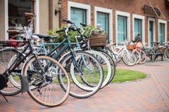 城市驾驶的自行车 免版税库存照片