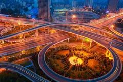 城市高架桥路夜场面鸟瞰图  库存图片