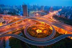 城市高架桥路夜场面鸟瞰图  免版税图库摄影