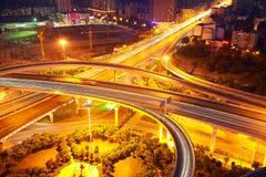 城市高架桥路夜场面鸟瞰图  免版税库存照片