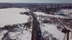 城市高速公路在冬天 空中顶视图 股票视频