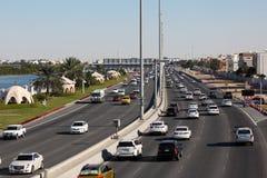 城市高速公路在阿布扎比 免版税库存图片