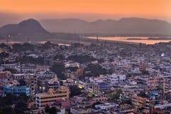 城市鸟瞰图在微明下,在维杰亚瓦达,印度 免版税库存照片