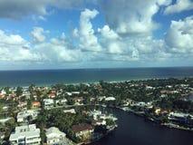 城市,内陆,海洋和天空 库存图片