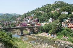 城市,在河Sakati的桥梁的看法 曼迪,北部印度 库存图片