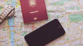 城市,地图的钱包,硬币和一个手机的地图 夏天旅行,假期,一个休息日,一次旅行向欧洲 免版税库存照片