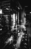 城市,雨点燃,玻璃,夜 免版税图库摄影