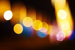 城市轻的bokeh背景,都市街道交通在晚上 免版税库存图片