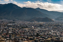 城市从Chureito塔的scape视图在moutain富士附近 免版税库存图片