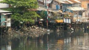 城市` s贫民窟的看法从河1的 免版税库存图片