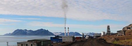 城市Barentsburg、斯瓦尔巴特群岛、挪威和俄罗斯 库存图片