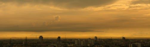 城市Blured都市风景在日落期间的与在的金黄光 库存照片