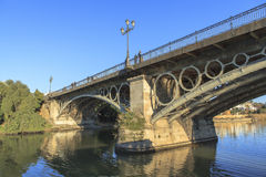 2012年城市guadalquivir重要7月地标,一旦照片河运行真塞维利亚西班牙仍然被采取的旅游的通过非常是哪些 免版税库存图片