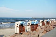 城市Kuehlungsborn海滩有典型的它典型的蓝色白色编号了海滩睡椅 库存图片