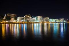 城市Loutraki在希腊在晚上 免版税库存图片