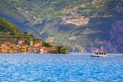 城市Peschiera Maraglio,一个明亮的晴天的看法 库存照片