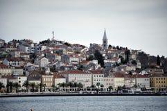 城市scape在反射的白天在马里Losinj海岛盐水湖 库存图片