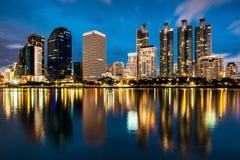城市scape在晚上 库存照片