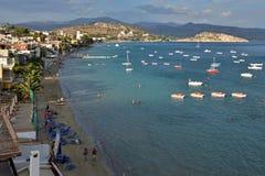城市Tolo的希腊、Tolo看法和海滩 免版税库存图片